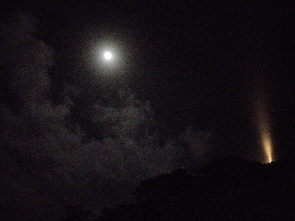 桂浜に上った月